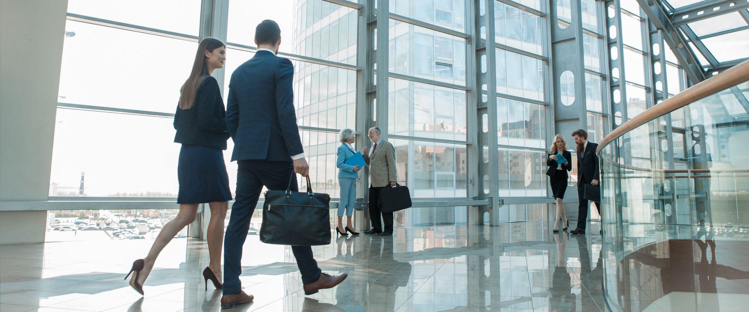 Investment professionals som går bredvid varandra