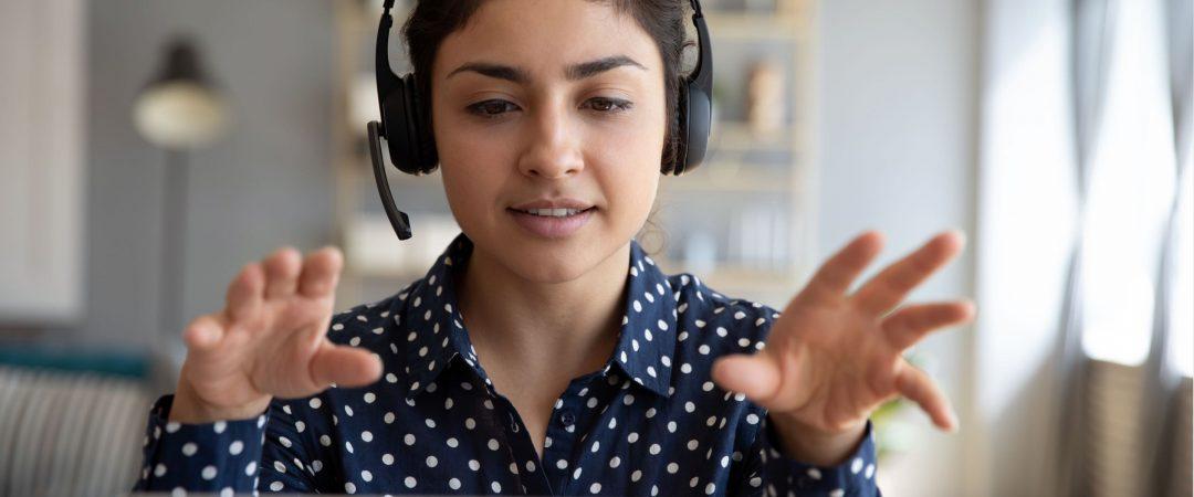 Kvinna med headset som gestikulerar